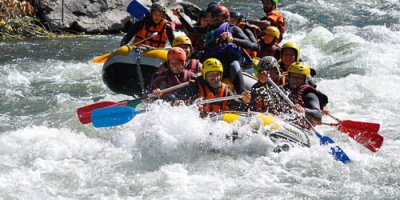 Rafting en groupe sous le soleil
